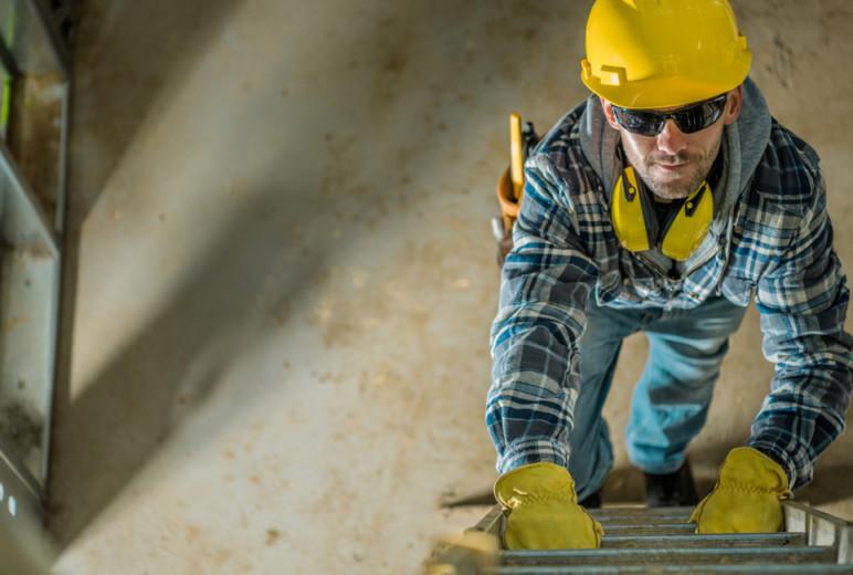 Sicherer Aufstieg mit Leitern