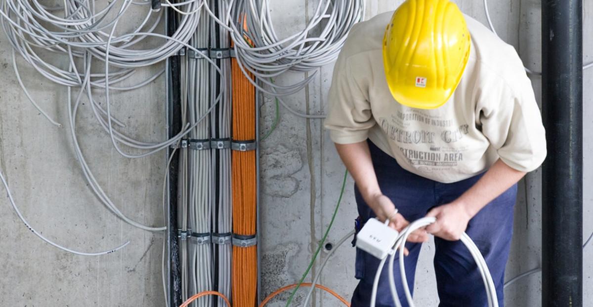 Elektriker beim Verlegen von Kabeln