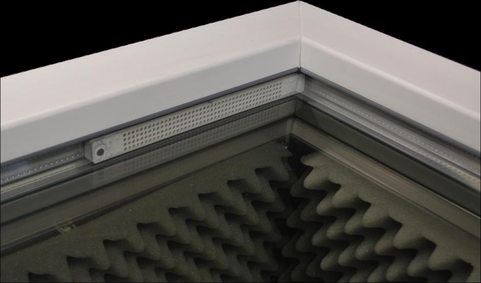 Ein Schallsensor im Fenster ermittelt die Frequenz eines Geräuschs, um unverzüglich die Gegenfrequenz zu erzeugen.