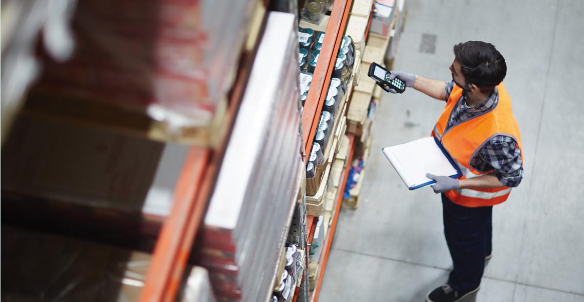Arbeiitsorganisation: Arbeiter kontrolliert Barcodes im LAger