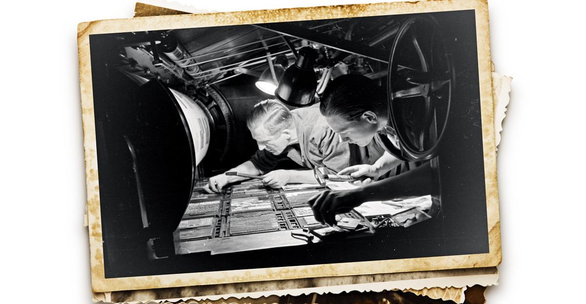 Altes Foto von zwei hoch spezialisierte Setzern bei der Arbeit vor ca. 100 Jahren