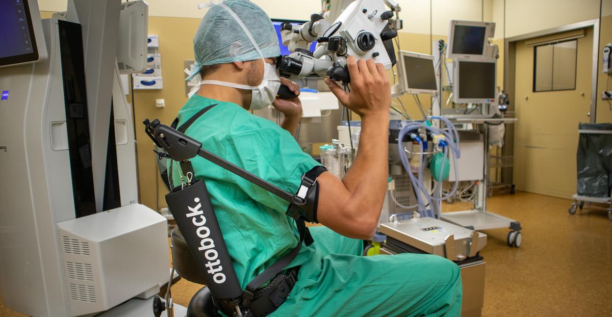 Dr. Haas von der Uniklinik Tübingen nutzt das Exoskelett bei seiner täglichen Arbeit