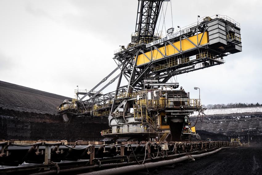 Einen halben Kilometer arbeitet sich der Tagebau Welzow-Süd pro Jahr von links nach rechts. Dabei werden 20 Millionen Tonnen Braunkohle gewonnen. Foto: Thomas Bär